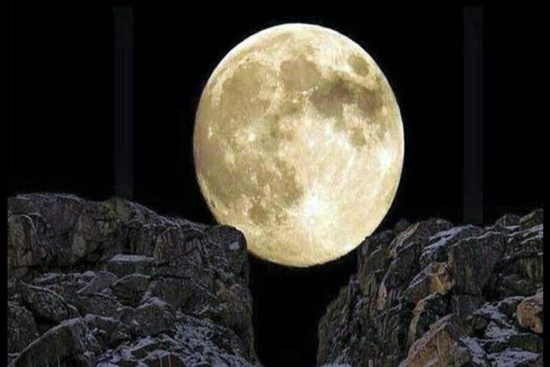 آیا پیامبر شقّالقمر کرد؟